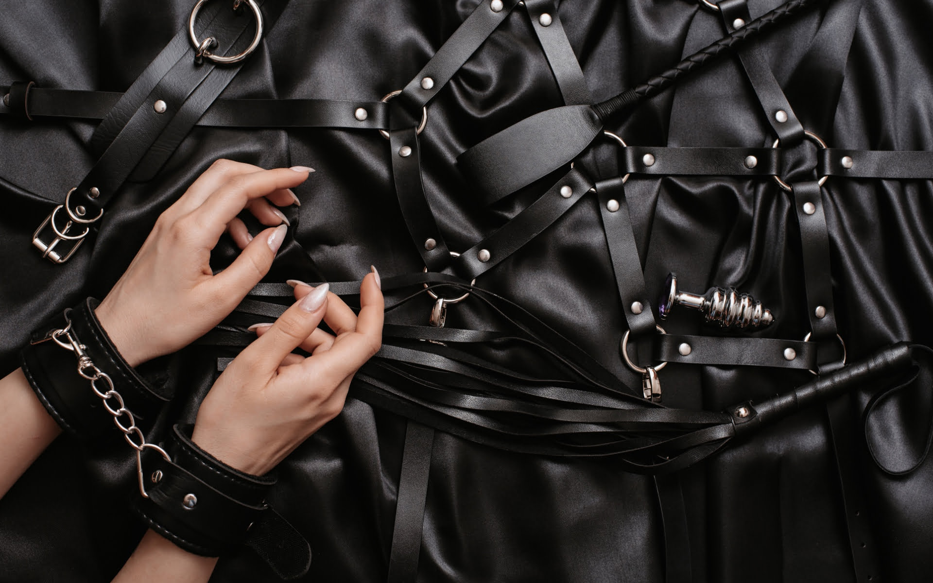 how-to-use-bed-restraints-bondage-bed-straps-guide-featured-image